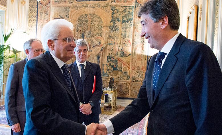 Stretta di mano fra Giacomo Basso di Casartigiani e il Presidente Mattarella